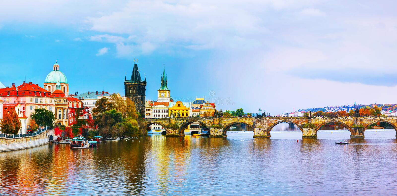 Le vieux panorama de ville avec le pont de Charles à Prague photos stock