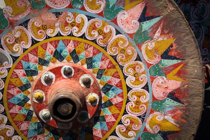 Le vieux petit morceau typique de roue d'oxcart de Costa Rican a peint la roue colorée photos libres de droits