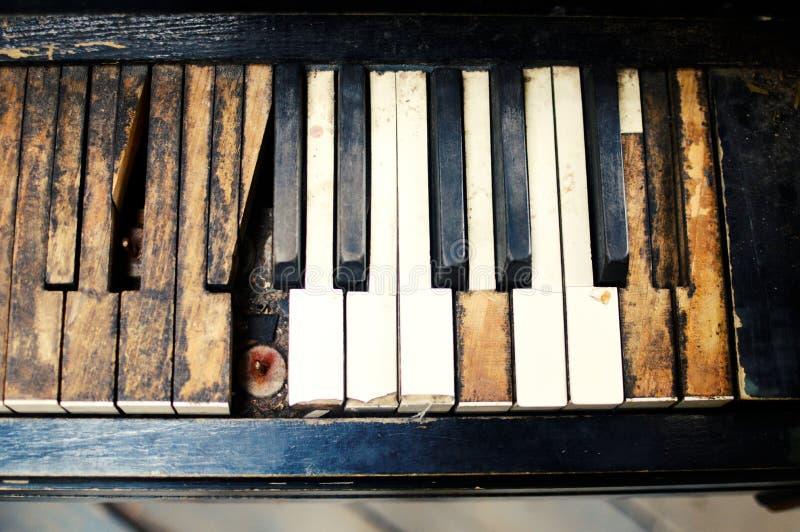Le vieux piano cassé dans la maison en bois photographie stock