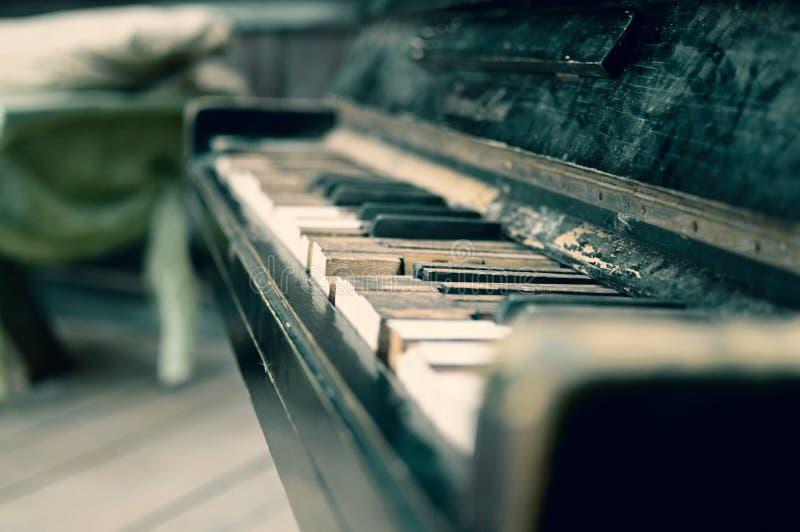 Le vieux piano cassé dans la maison en bois photos stock