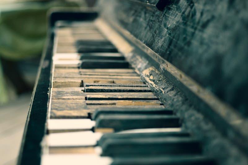 Le vieux piano cassé noir photo libre de droits