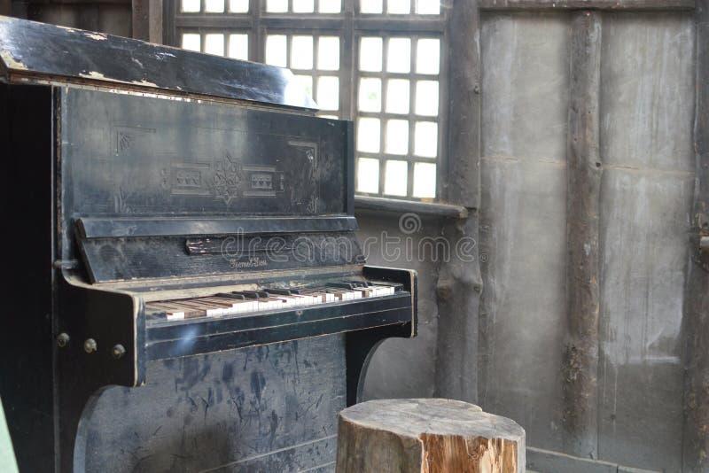 Le vieux piano cassé noir photographie stock libre de droits