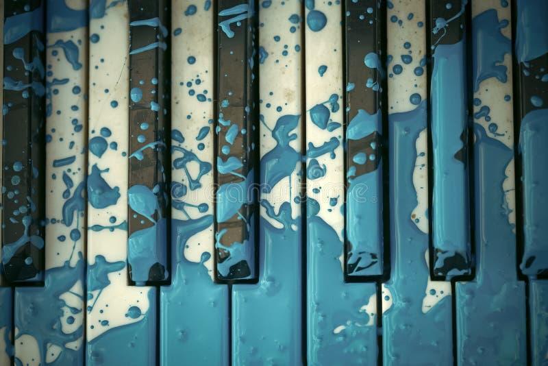 Le vieux piano est peint dans la couleur bleue images libres de droits