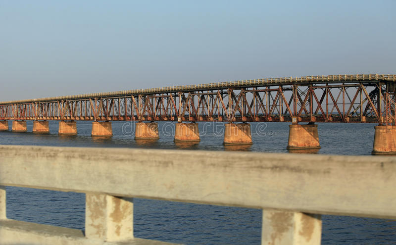 Le vieux pont en chemin de fer photo stock