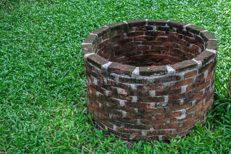 Le vieux puits dans le jardin photos libres de droits