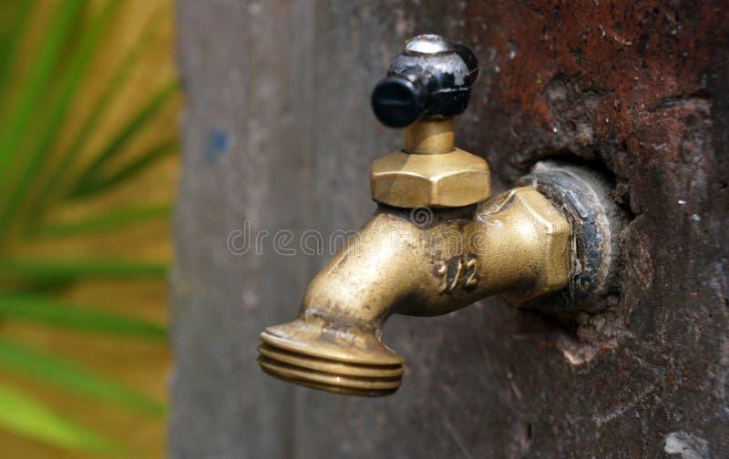 Le vieux robinet d'eau a soudé photo libre de droits