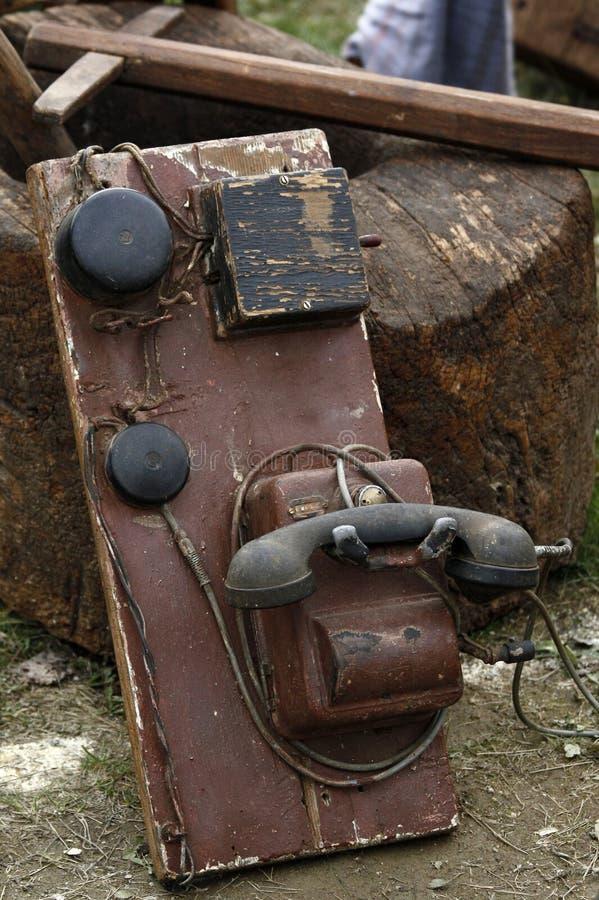 Le vieux téléphone avec le récepteur et la sonnerie a monté sur un panneau en bois utilisé image stock