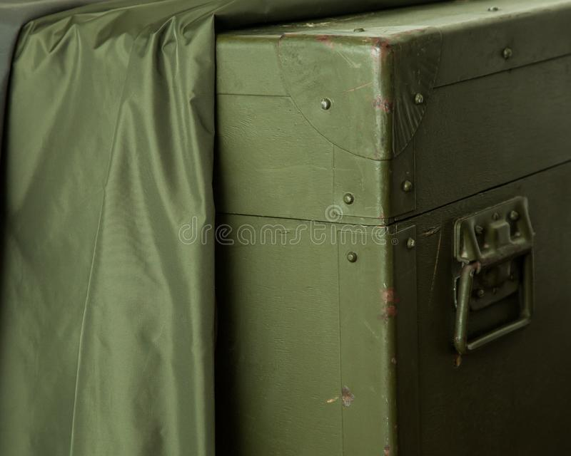 Le vieux tissu militaire de serrure de munitions de stockage de vert de boîte de vintage raye la guerre images stock