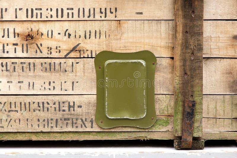 Le vieux tissu militaire de serrure de munitions de stockage de vert de boîte de vintage raye les hommes cassés sales d'armes de  image stock