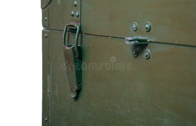 Le vieux tissu militaire de serrure de munitions de stockage de vert de boîte de vintage raye les hommes cassés sales d'armes de  image libre de droits