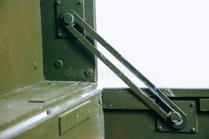 Le vieux tissu militaire de serrure de munitions de stockage de vert de boîte de vintage raye les hommes cassés sales d'armes de  photo libre de droits