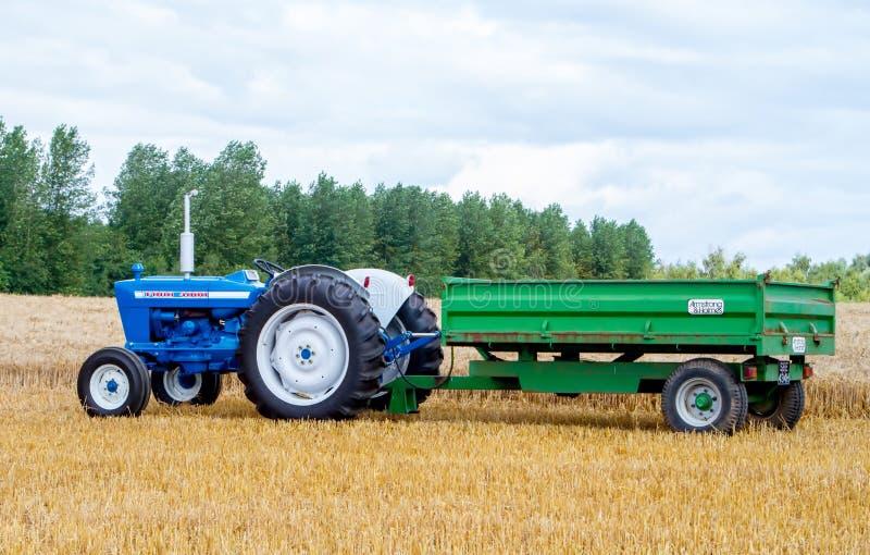 Le vieux tracteur et remorque du gué 4000 de vintage dans la culture mettent en place images libres de droits