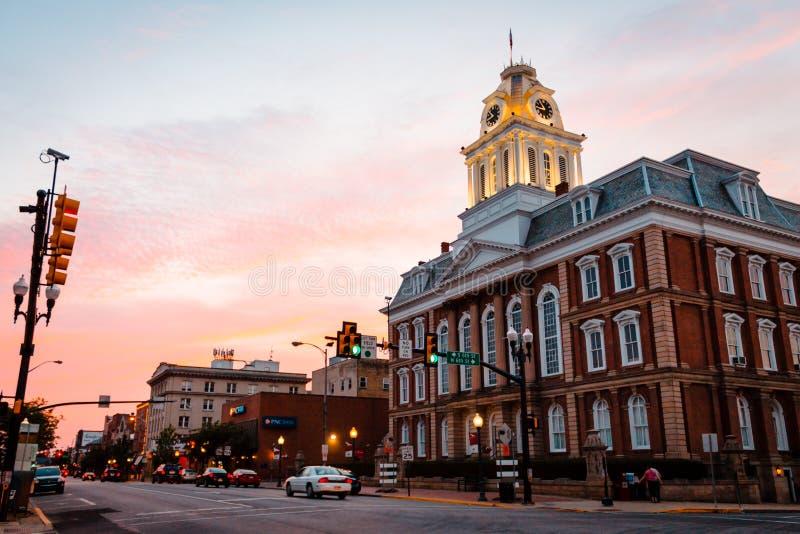 Le vieux tribunal sur la rue de Philadelphie en Indiana Pennsylvania au coucher du soleil image stock