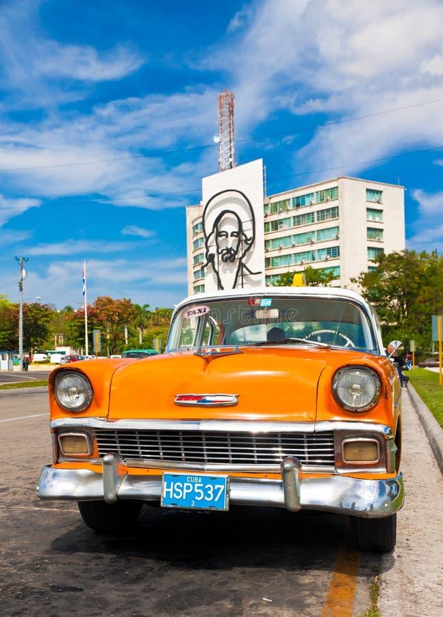 Le vieux véhicule a stationné au grand dos de révolution à La Havane image libre de droits