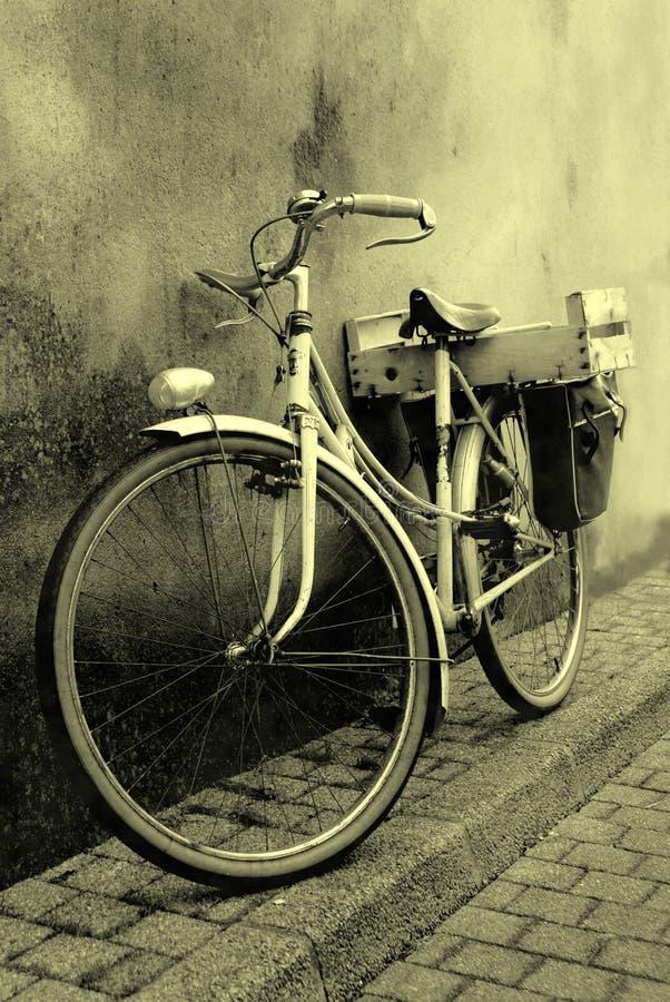 Le vieux vélo de couleur de sépia photos libres de droits