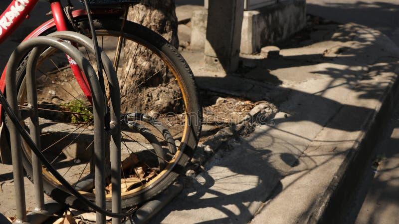 Le vieux vélo de vintage roulent le support se garant dedans avec l'ombre photo stock