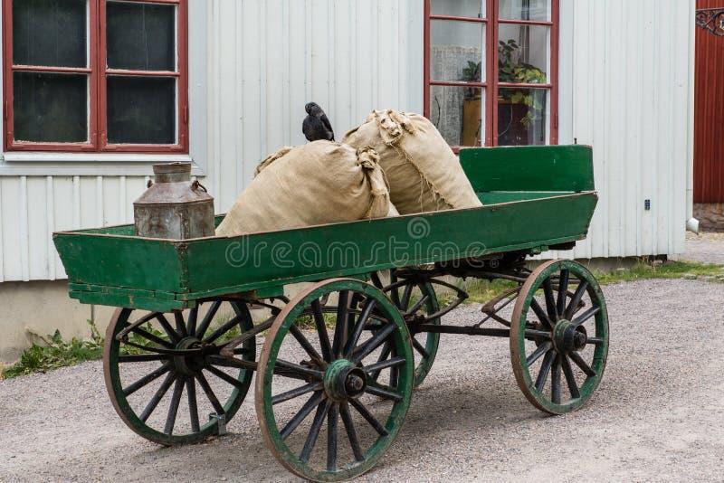 Le vieux vert a coloré le chariot de cheval avec des roues faites de bois images stock