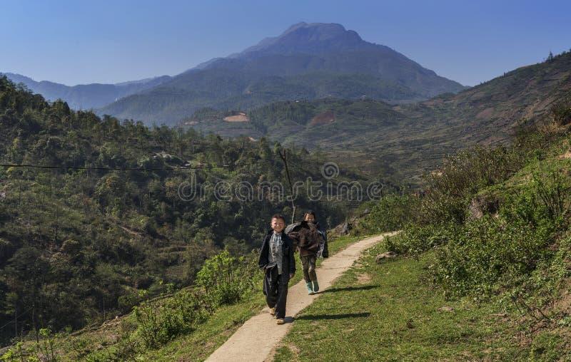 le village badine sur le chemin d'autoguider après école, Sapa, Vietnam photographie stock libre de droits