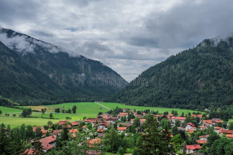 Le village Bayrischzell en montagnes des Alpes, Bavière Allemagne photo stock
