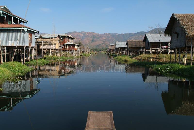 Le village d'échasses de Maing Thauk sur le lac Inle photos libres de droits