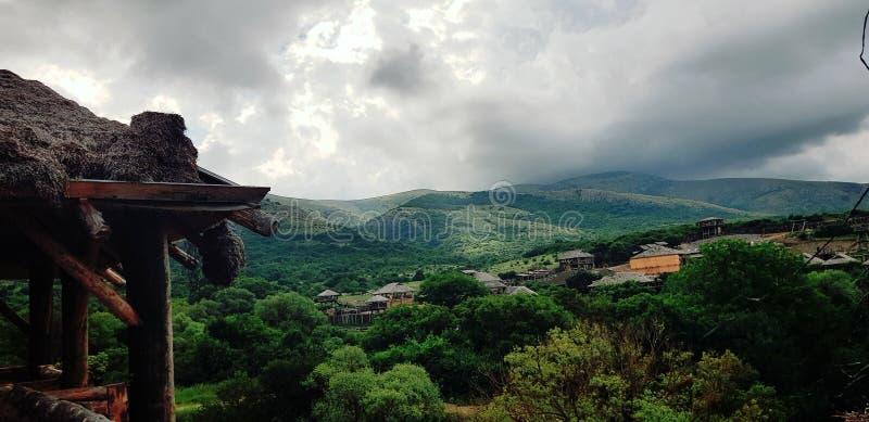 Le village dans les montagnes images stock
