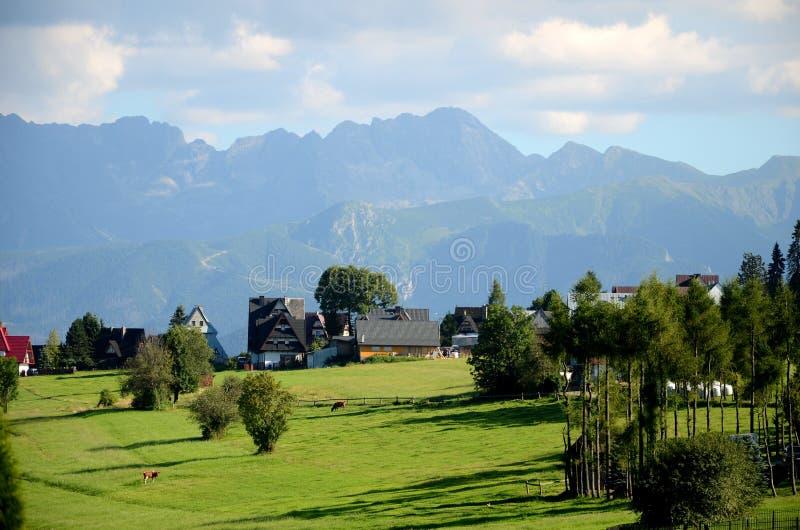 Le village dans les montagnes de Tatra photos libres de droits