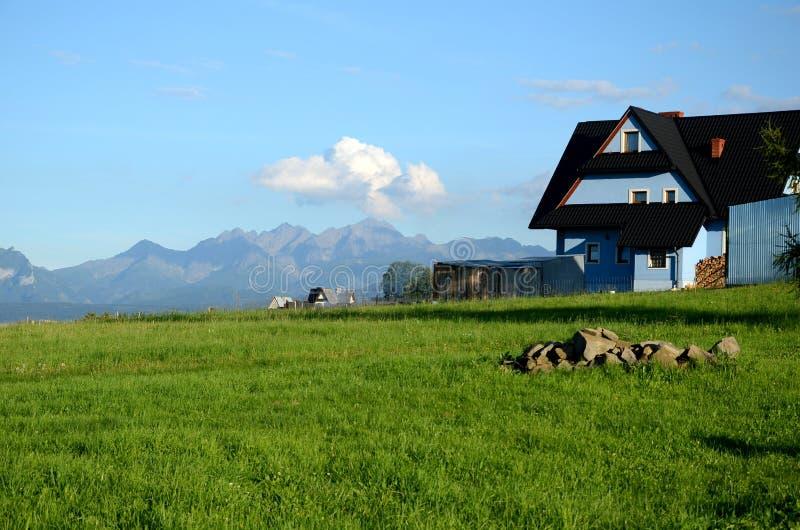 Le village dans les montagnes de Tatra photo stock