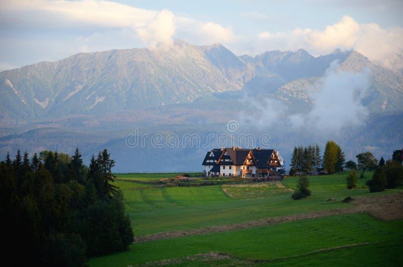 Le village dans les montagnes de Tatra photographie stock