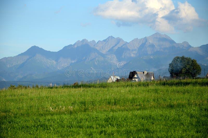 Le village dans les montagnes de Tatra images stock