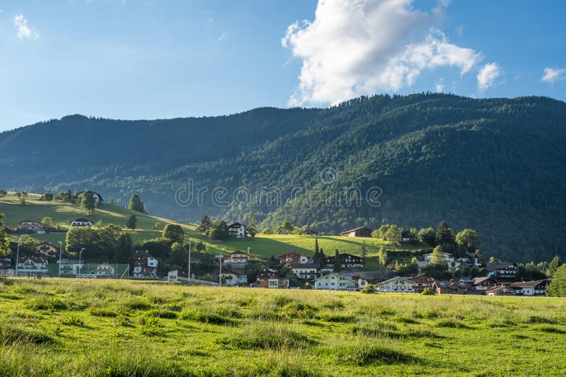 Le village dans les moutains du Tyrol, Autriche photo stock