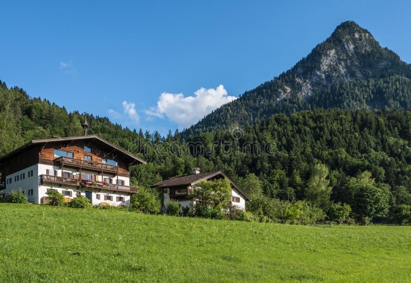 Le village dans les moutains du Tyrol, Autriche images stock