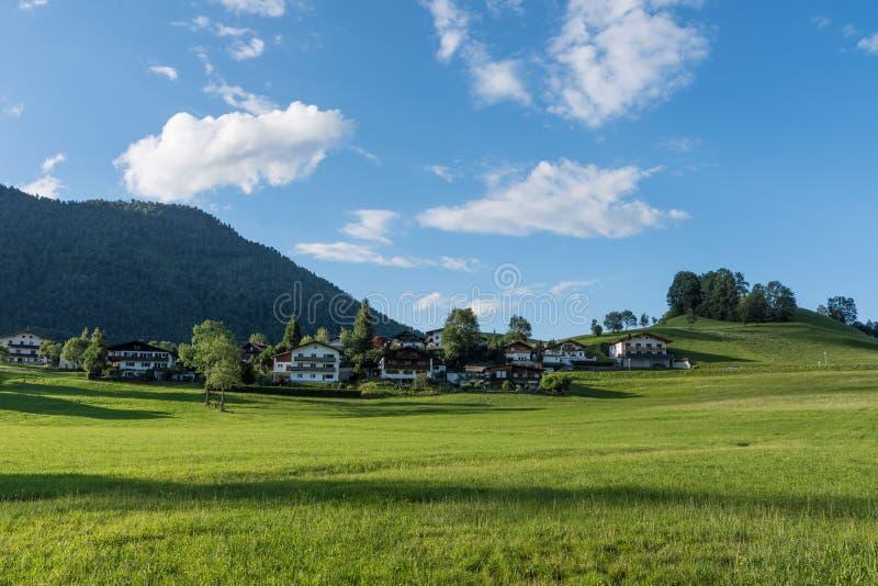 Le village dans les moutains du Tyrol, Autriche images libres de droits
