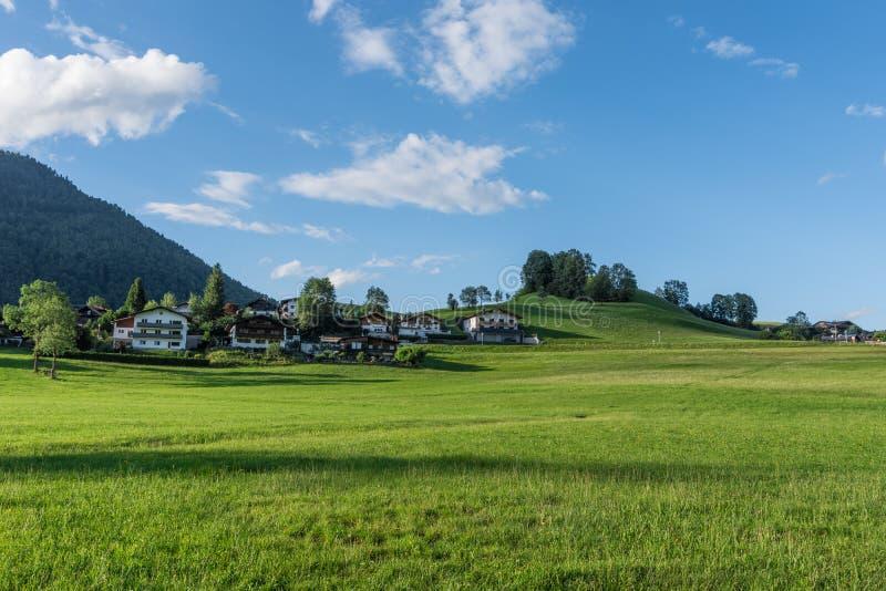 Le village dans les moutains du Tyrol, Autriche image stock