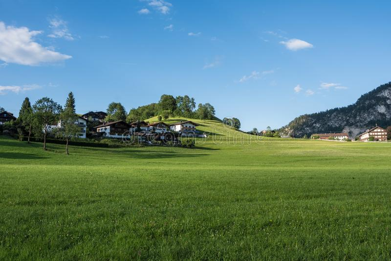 Le village dans les moutains du Tyrol, Autriche photos libres de droits