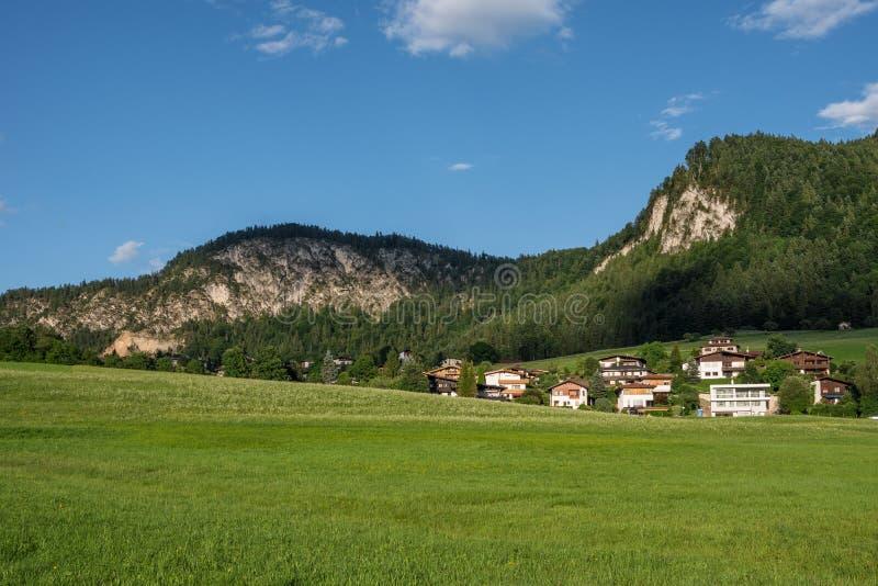 Le village dans les moutains du Tyrol, Autriche photos stock