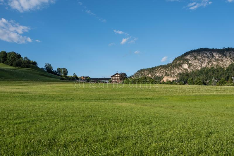 Le village dans les moutains du Tyrol, Autriche image libre de droits