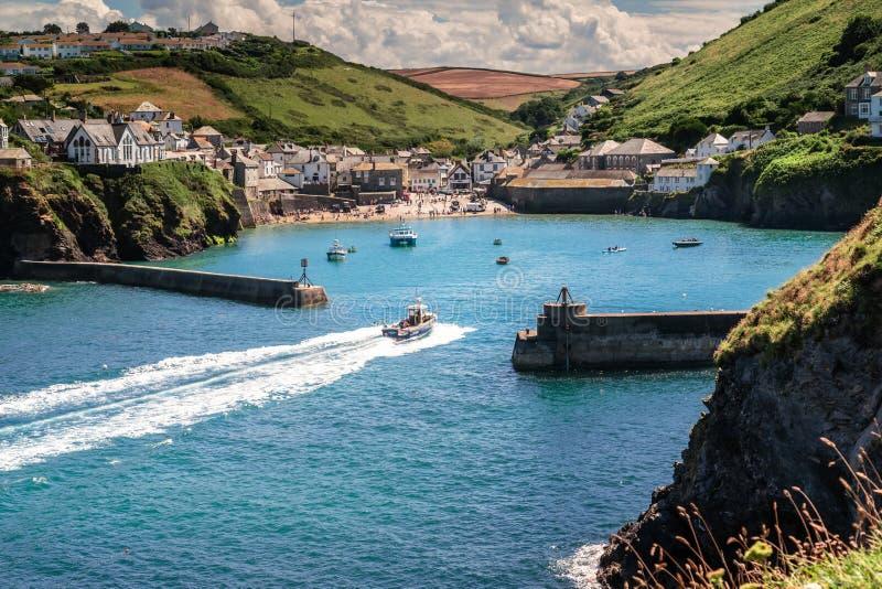 Le village de bord de la mer pittoresque et l'Isaac gauche dans les Cornouailles photographie stock
