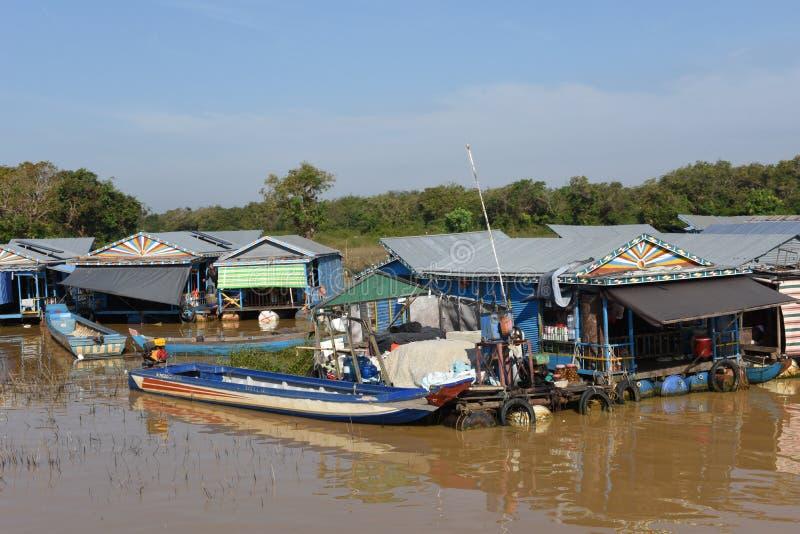 Le village de flottement sur l'eau du lac sap de Tonle photo stock