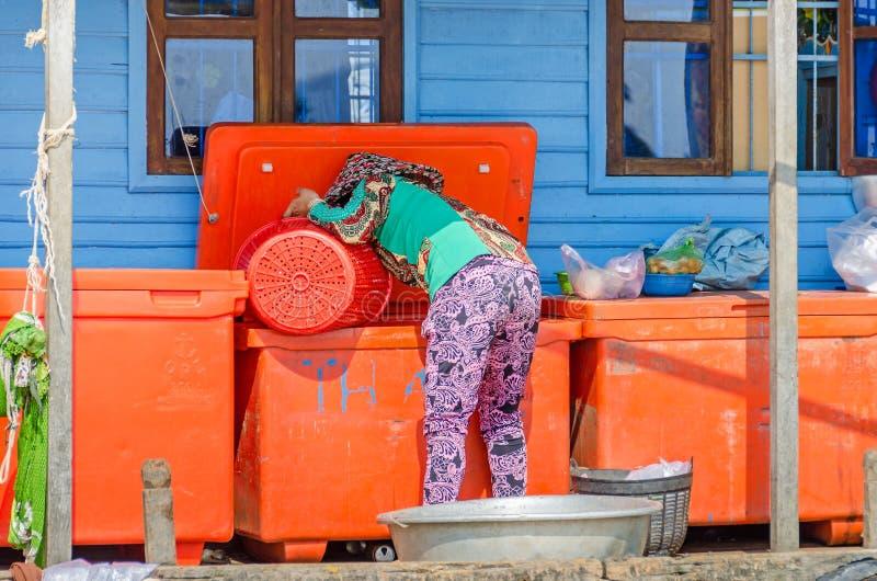 Le village de flottement sur le Tonle sapent le lac au Cambodge et une femme image stock