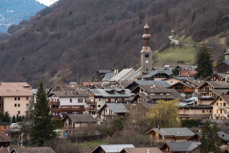 Le village de montagne de Bozel, Tarentaise, Vanoise, le Rhône Alpes, la Savoie, France photo libre de droits