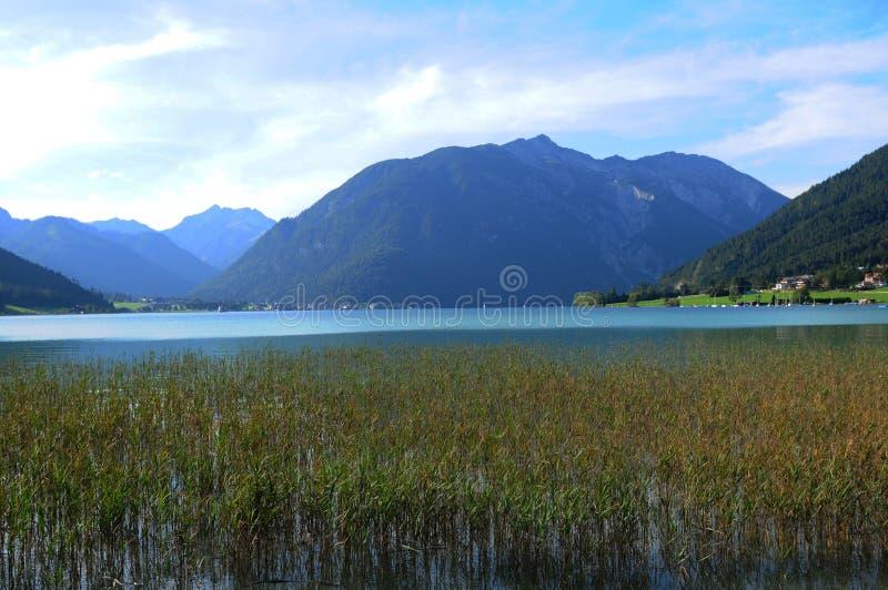 Le village de montagne tyrolien et le tourst placent Pertisau chez Achensee photographie stock