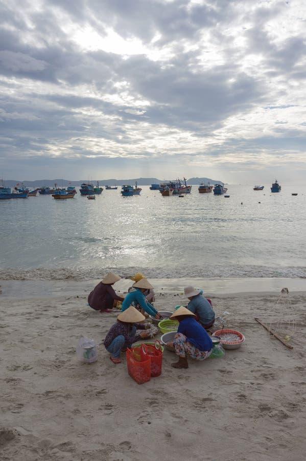 Le village de pêche, pêcheurs de la vie dans le village de pêche au sujet des personnes, femmes, enfant, fruits de mer de la part photos libres de droits