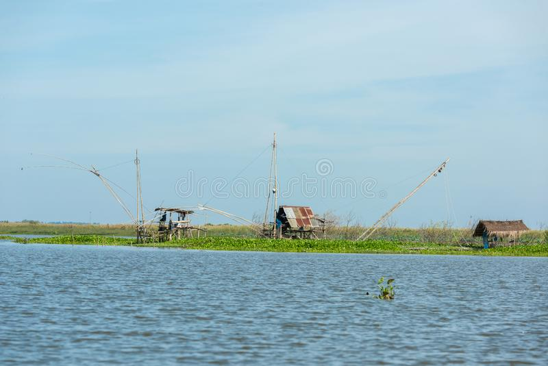 Le village du pêcheur en Thaïlande avec un certain nombre d'outils de pêche a appelé photo stock