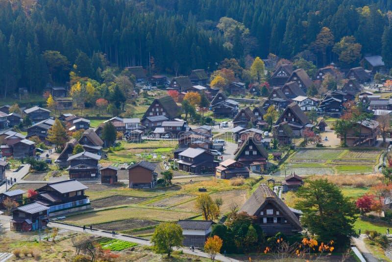 Le village historique de Shirakawa-vont en automne photo stock