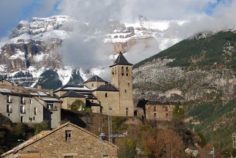 Le village Torla et x28 ; Pyrenees& x29 ; à côté des montagnes neigeuses photo libre de droits
