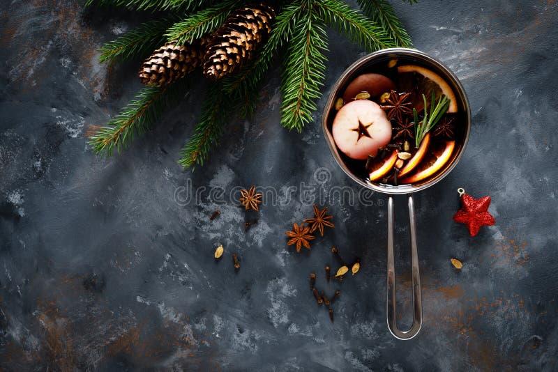Le vin chaud de Noël aux épices Boisson traditionnelle hivernale festive en vacances, vue panoramique images stock