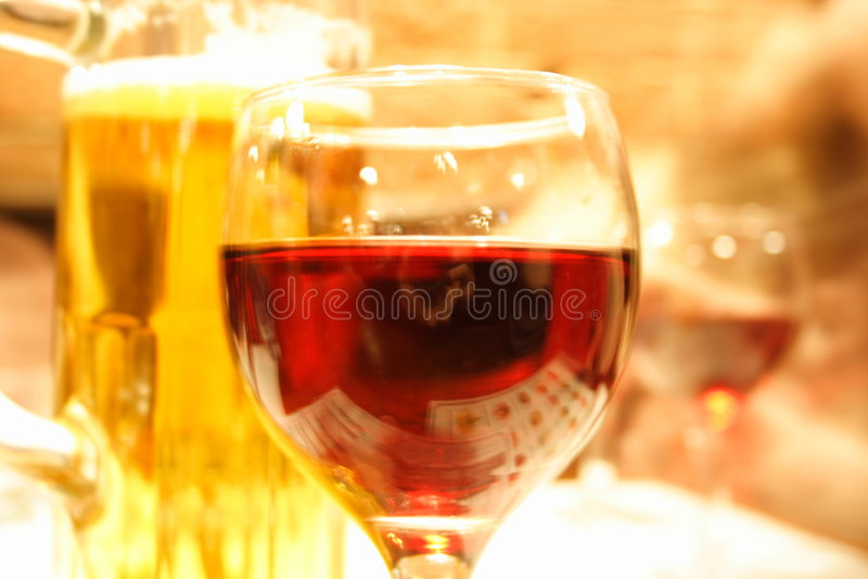 Le vin et la bière sont déjà ici images libres de droits