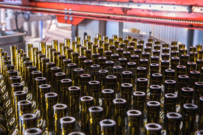 Le vin met le fond en bouteille, procédé de vinification à préparer le vin pour la mise en bouteilles images stock