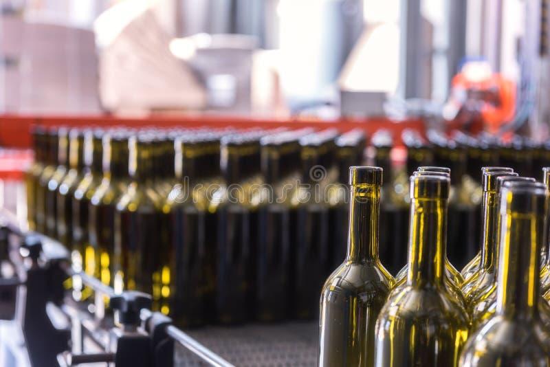 Le vin met le fond en bouteille, procédé de vinification à préparer le vin pour la mise en bouteilles photographie stock
