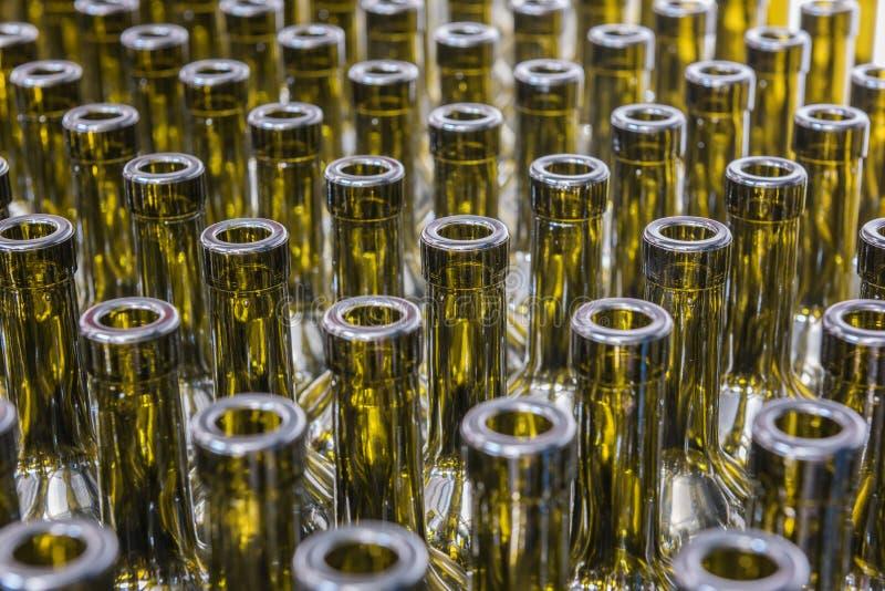 Le vin met le fond en bouteille, procédé de vinification, préparant le vin pour mettre dans en bouteille un établissement vinicol photos stock